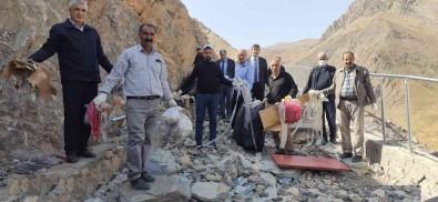 Hakkari-Van Karayolu Çöplerden Temizlendi
