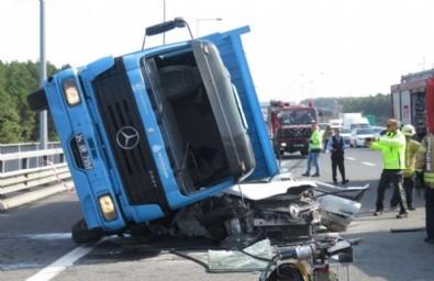 İstanbul'da korkunç kaza! TIR otomobilin üzerine devrildi