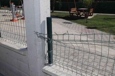 Özgürlük Mahallesinde Yapimi Devam Eden Parktaki Donatilar Tahrip Edildi