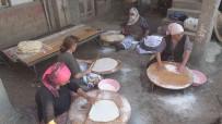 Amasyali Köylü Kadinlar Kislik Ekmeklerini Imece Usulü Ile Yapiyorlar
