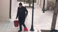 85'Lik Çinar Her Gün Cami Bahçesini Temizliyor
