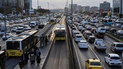İstanbul'da trafik çilesi haftanın ilk iş gününden başladı! Toplu taşımalarda isyan ettiren görüntü