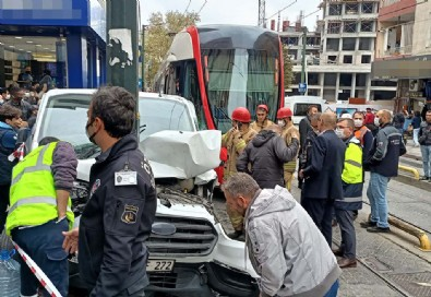 İstanbul'da tramvay ile minibüs çarpıştı!