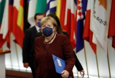 Angela Merkel, katıldığı son AB zirvesinde mevkidaşlarıyla vedalaştı Haberi