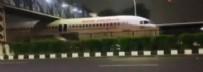Sosyal medyada viral oldu! Yolcu uçağı köprünün altında sıkıştı