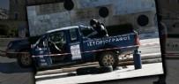 Atina'da parlamento önüne 'Yunanistan'ı Türkiye Yönetiyor' yazılı kamyonet bırakıldı