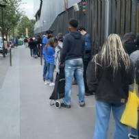 Fransa'da üniversite öğrencileri uzun kuyruklar oluşturdu: 7 kiloluk yardım paketi için bekliyorlar