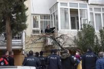 Evin Penceresinden Klima Motorunun Üzerine Çıkan Yaşlı Kadın Polisi Alarma Geçirdi