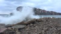 Karadeniz'de Dev Dalgalar Oluştu
