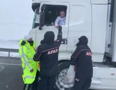 Kar Ve Fırtınanın Ortasında Kalan Tır Sürücülerinin İmdadına AFAD Ekibi Yetişti