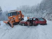 Paletli Kar Küreme Aracı, Karşıdan Gelen Otomobile Çarptı Açıklaması 3 Yaralı