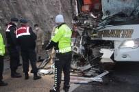 Yolcu Otobüsü Tıra Arkadan Çarptı Açıklaması 3 Ölü, 41 Yaralı