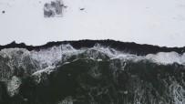 Karadeniz'in Hırçın Dalgaları Karla Buluşunca Doyumsuz Görüntüler Ortaya Çıktı