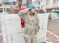 Down'lu Kemal'in Vatan Ve Bayrak Sevgisi, Komando Kıyafeti İle Geziyor