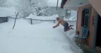 1,5 Metre Kar İçinde Yüzmenin Keyfini Çıkardı
