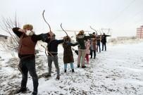 Kar Altında Ok Atarak Hünerlerini Sergilediler