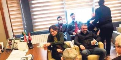 Tugay Adak'ın taziyesi için Kocaeli'ye giden CHP'li Canan Kaftancıoğlu kahkaha atarak poz verdi! Görüntülere tepki yağdı