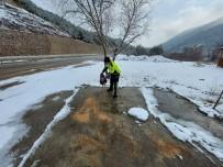 Amasya'da Polisler, Yaban Hayvanları İçin Doğaya Yem Ve Ekmek Bıraktı