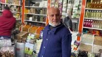Niğde'de Bir Esnaf Müşterilerini Omzundan Ayırmadığı Papağanı 'Paşa' İle Karşılıyor