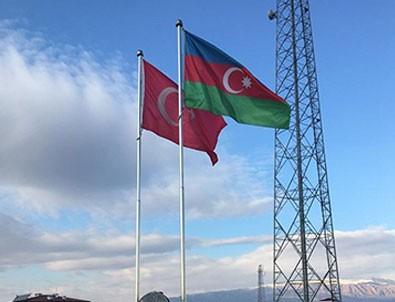 Nahçıvan sınırında Türkiye ve Azerbaycan bayrakları anıtlaştırıldı