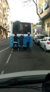 (Özel) Patenli 3 Gencin Otobüs Arkasında Tehlikeli Yolculuğu Kamerada