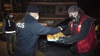 (Özel) Hayırsever Vatandaşlardan Görevli Polise Çay Ve Pasta İkramı