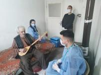 97 Yaşındaki Hasan Dede Evine Gelen Sağlıkçılara Curasıyla Türkü Söyledi