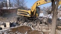 Iğdır Belediyesi Metruk Bina Yıkımlarını Sürdürüyor