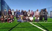 Yöresel Kıyafetleriyle Tenis Oynayan Mahalleliden Hülya Avşar'a Davet