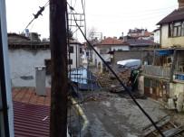 Karaman'da Rüzgar Evin Çatısını Uçurdu, Elektrik Direklerini Yıktı