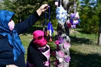 Kurumuş Ağaçları El Örgüsü Ürünlerle Süsleyip Kesilmesini Önlediler