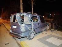 Alkollü Sürücü Önce Kamyona Sonra Demir Çitlere Çarptı