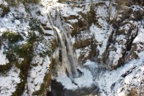 Gümüşhane'de Çağlayandibi Şelalesi Buz Tuttu