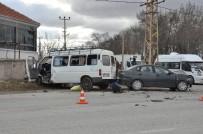 Otomobil İle Minibüs Çarpıştı Açıklaması 4 Yaralı