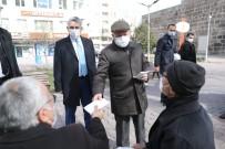Başkan Çolakbayrakdar Denetimlerde Maske Dağıttı