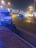 Servis Minibüsü İle Otomobil Çarpıştı Açıklaması 5 Yaralı