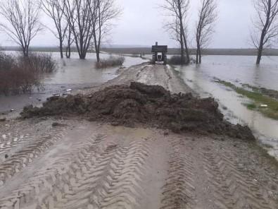 Edirne'de Yoğun Yağış Sebebiyle Köy Yolu Ulaşıma Kapandı