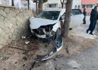 Eğirdir'de Bir Araç Cami Duvarına Çarparak Durabildi
