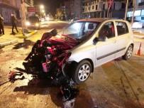 Kırmızı Işıkta Geçen Otomobil İtfaiye Aracına Çarptı Açıklaması 2 Yaralı