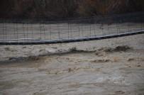 Sağanak Yağış Nedeni İle Debisi Yükselen Habur Çayının Etrafındaki Evler Tehlike Altında