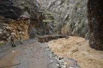Şırnak'ı Sel Vurdu Açıklaması Köy Yolları, Ahır Ve Tarlalar Sular Altında Kaldı