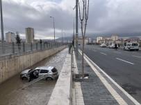 Sürücüsünün Direksiyon Hakimiyetini Kaybettiği Otomobil Kanala Uçtu
