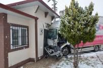 Aksaray'da Çarpışan Kamyonetlerden Biri Muhtarlığa Girdi Açıklaması 4 Yaralı