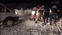 Kar Ve Tipi Nedeniyle Yolda Kalan Sürücülerin İmdadına Kahraman Jandarma Ekipleri Yetişti