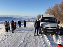 Öğretmenler Kar Nedeniyle Yolda Kaldı