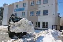 Bitlis'te Okul Bahçeleri Kardan Temizleniyor