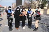 Cizre Polisi Kadınlara Karanfil Hediye Edip Günlerini Kutladı