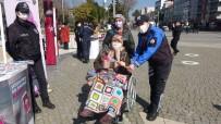 Uşak'ta Polis Ve Jandarmadan Kadınlara Karanfilli Kutlama