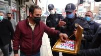 Van Polisi Vatandaşlara Çikolata İkram Etti