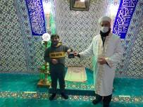 Çocuktan İnsanlık Dersi Açıklaması Camide Bulduğu Cüzdanı Sahibine Ulaştırdı